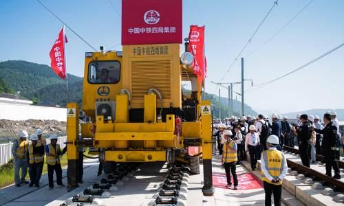 国内首套无砟轨道智能铺轨机组投入使用  张吉怀高铁年内开通
