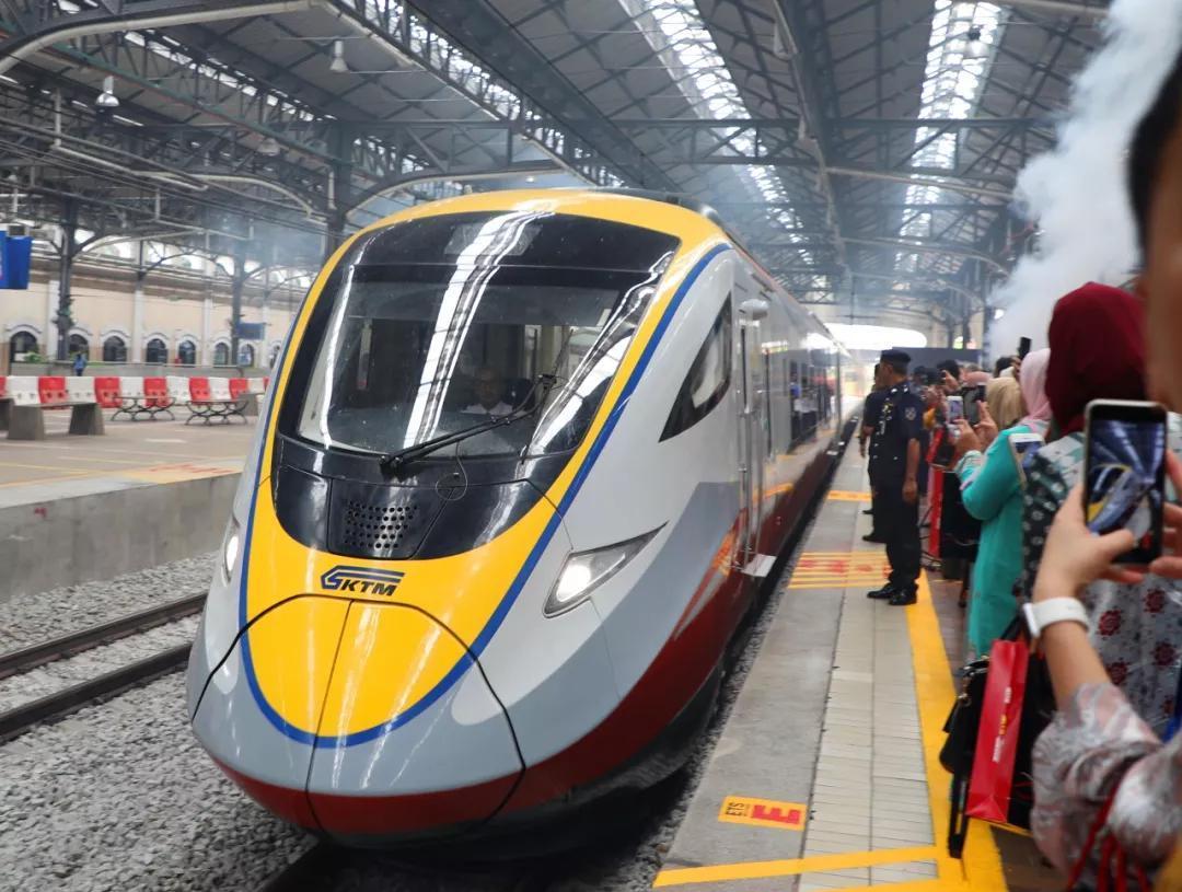 中国研制的混合动力米轨动车组在马来西亚投入运营 运行时速达120公里