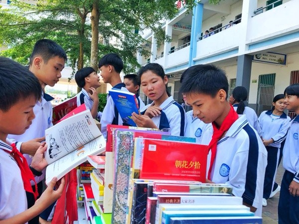 读书日不忘乡村学生 中国集赴海南乡村学校献爱心