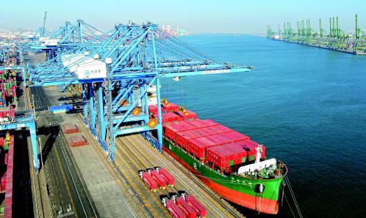 中国首次运用北斗技术实现集装箱码头自动化 效率提高近20%